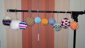 Новогодние вязанные шарики Диаметр от 6 до 10 см.